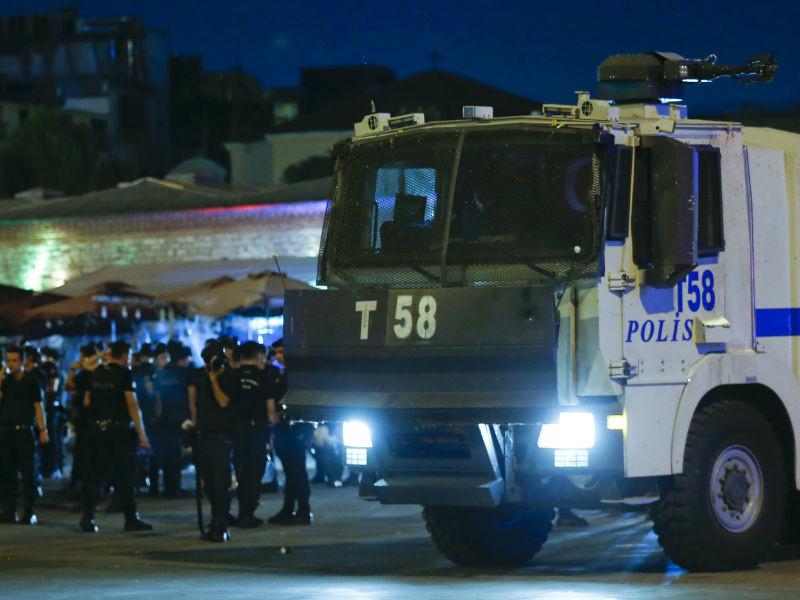 В Турции сейчас находятся до 700 российских туристов, вопрос об их эвакуации пока не рассматривается