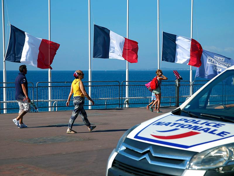 Прокурор Парижа Франсуа Моленс завил журналистам, что террорист, задавивший на грузовике в Ницце 84 человека, готовился к теракту несколько месяцев (возможно даже с 2015 года) и имел пятерых сообщников