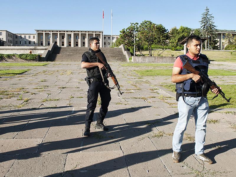 Одним из участников попытки военного переворота в Турции был летчик, который сбил российский Су-24, заявил мэр Анкары Мелих Гекчек. Имя летчика он не назвал