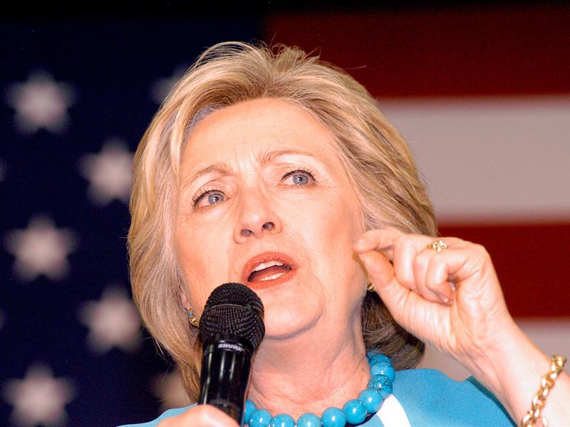 Предъявление уголовных обвинений бывшей первой леди США Хиллари Клинтон по делу об использовании ей личного компьютерного сервера для ведения служебной переписки по электронной почте во время работы госсекретарем США является нецелесообразным