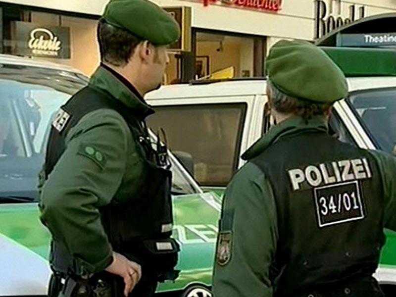 Немецкий спецназ взял штурмом здание адвокатской конторы в немецком городе Штутгарт, после того как туда ворвался мужчина с огнестрельным оружием. Как сообщили в полиции, внутри здания обнаружены тела двух человек