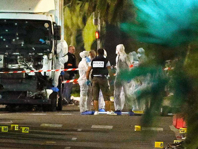 Во время трагических событий 13 июля в Ницце неизвестный мотоциклист попытался на ходу открыть дверь грузовика, в котором находился террорист