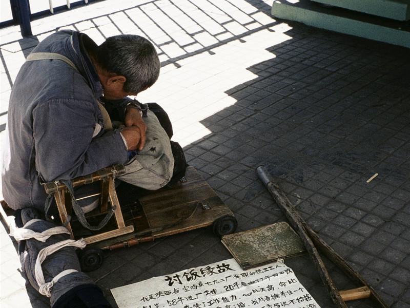 В Китае сняли штаны с попрошайки, прикидывавшегося безногим инвалидом