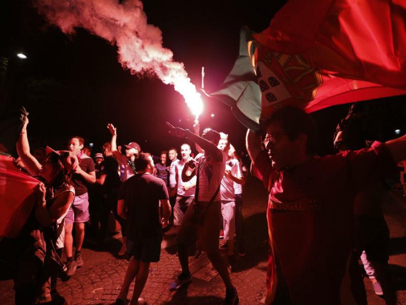 Гуляния португальских футбольных фанатов после победы их сборной переросли в столкновения с полицией