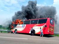 На Тайване автобус с туристами врезался в отбойник на трассе: погибли 26 человек