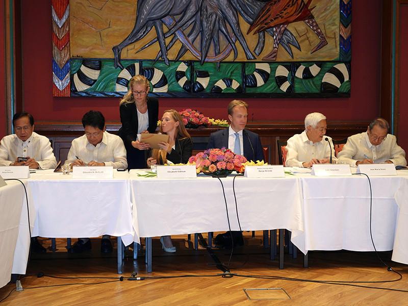 Власти Филиппин и представители Национального демократического фронта (НДФ) в пятницу, 26 августа, на встрече в столице Норвегии Осло подписали соглашение о бессрочном двустороннем прекращении огня