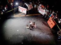 Фотография Дженнелин Оларис, обнимающей тело своего убитого линчевателями мужа, стала символом происходящего на Филиппинах
