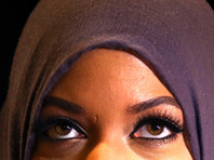 Иранские мужчины в поддержку прав женщин фотографируются в хиджабах