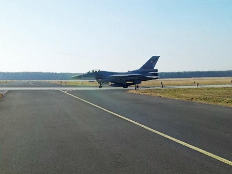 Два истребителя F-16 ВВС Польши перехватили российский легкомоторный самолет над Краковом и принудили его приземлиться в городе Радоме, расположенном к югу от Варшавы