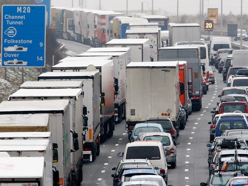 Обрушение моста между третьим и четвертым съездами с автострады в районе городка Уэст-Мэллинг произошло после того, как в одну из опор врезался грузовик. Стражи порядка квалифицируют произошедшее как крупный инцидент