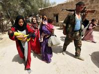 Отступая после поражения из города Манбидж, боевики в пятницу взяли с собой порядка 2 тысяч жителей города, включая женщин и детей. Остатки группировки ИГ из Манбиджа отступили в город Джераблус, расположенный близ границы с Турцией