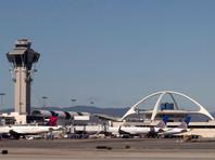 Полиция, проверив аэропорт Лос-Анджелеса из-за сообщений о стрельбе, задержала человека в костюме Зорро