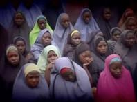 На опубликованном в воскресенье видео запечатлены около 50 девочек в платках, покрывающих головы, которые стоят позади боевика из исламистской группировки