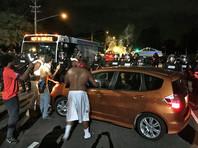 В американском городе Шарлотте протестующие против убийства чернокожего полицейским ранили 12 сотрудников полиции