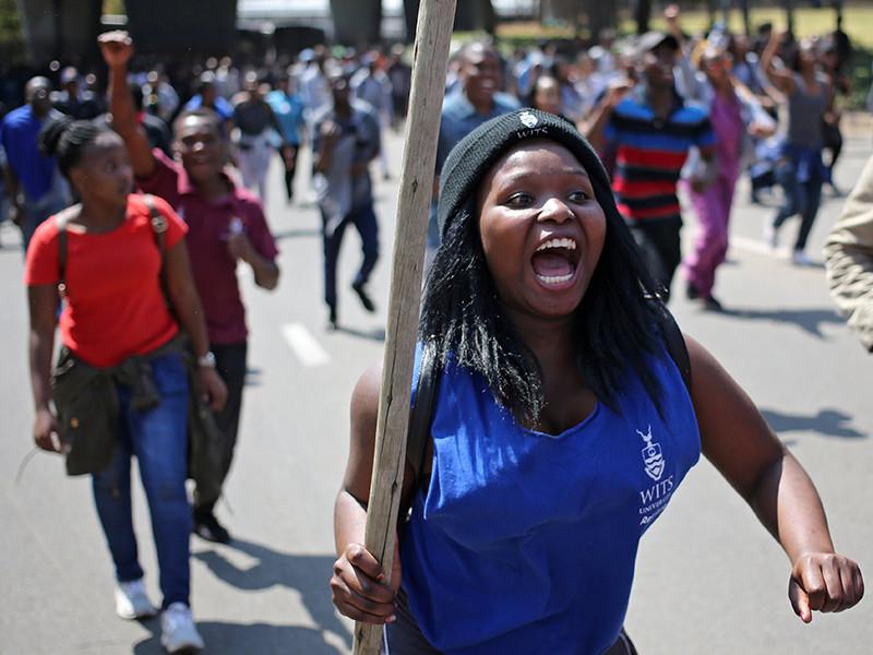 Молодые люди пытались добиться права на бесплатное образование, выступая против увеличения платы за обучение в ВУЗах на 8%