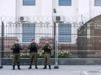 Сотрудники службы безопасности у посольства Российской Федерации в Киеве, где проходят выборы в единый день голосования, 18 сентября 2016 года