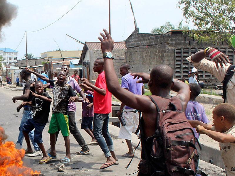 На акции против президента Конго тысячи демонстрантов сожгли тело убитого полицейского