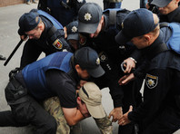 В Одессе были задержаны четыре человека, которые пытались заблокировать вход в генконсульство России, и еще два, устроивших потасовку возле здания. В отношении задержанных были составлены протоколы о мелком хулиганстве