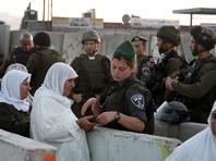 Как отмечает издание, после теракта на КПП начались беспорядки, в которых участвуют около 200 палестинских арабов