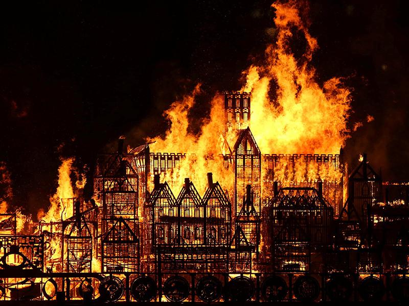В годовщину великого пожара 1666 года в Британии сожгли деревянную копию Лондона