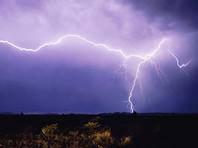 Ученые зафиксировали самую длинную и самую долгую молнии в мире
