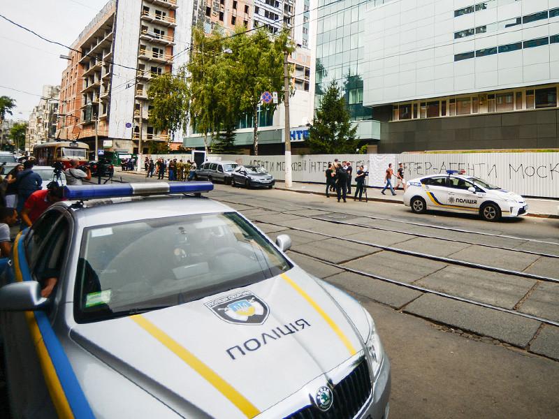 """Бойцы батальона """"Святая Мария"""" разблокировали здание украинского телеканала """"Интер"""" после обещания его руководства принять кадровые решения и сделать информационную политику проукраинской, отказавшись от российского контента"""