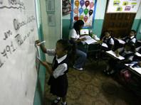 Венесуэльские дети падают в обморок в школе из-за голода