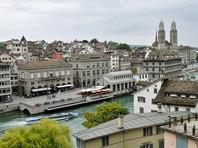 В Цюрихе феминистки окрасили в красный цвет фонтаны, протестуя против налога на тампоны