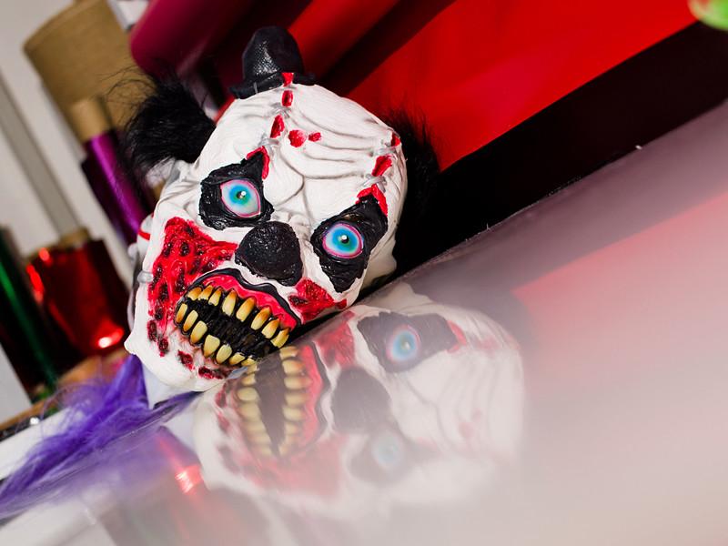 """Крупные торговые сети в Германии прекратили продавать маски """"клоунов-убийц"""" и предметы одежды в свете растущего числа нападений переодетых в шутовские наряды бандитов на людей"""