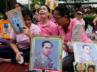 Тысячи жителей королевства собрались в среду у стен больницы Серират в Бангкоке, где находился монарх, чтобы выразить ему свою поддержку. Коллективные молитвы о здоровье короля проходили также и в других городах и селениях Таиланда