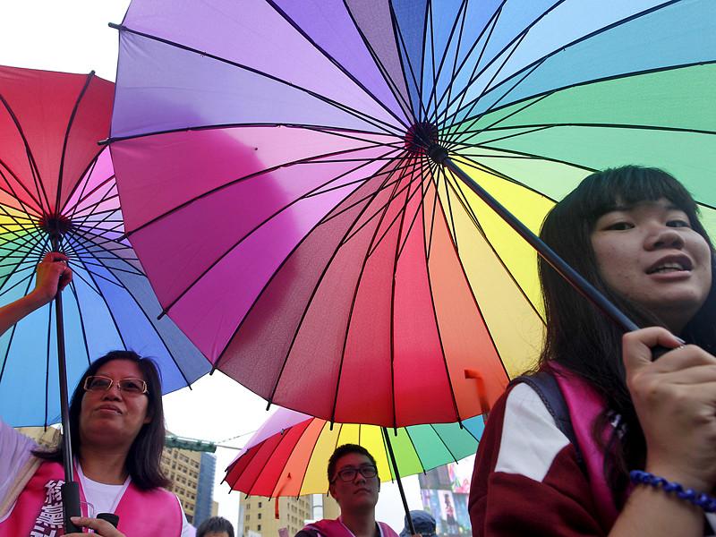 На Тайване правящая Демократическая прогрессивная партия предложила узаконить в стране однополые браки после самоубийства профессора Национального университета Тайваня Жака Пикю, которому не удалось подтвердить правовой статус отношений с его умершим от рака многолетним партнером