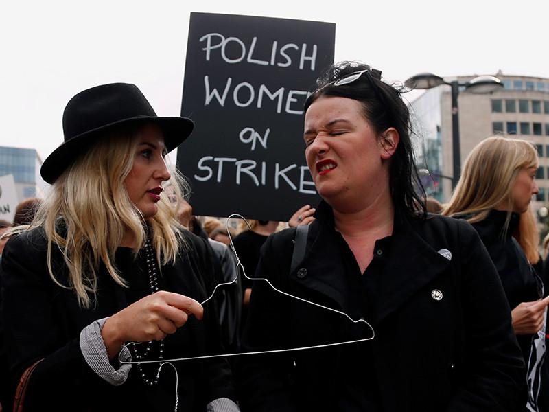 """В Польше женщины устроили """"Черный понедельник"""", выступив против запретов абортов"""