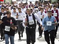 В Буэнос-Айресе прошел забег официантов: около 400 человек с подносами пробежали по центру города