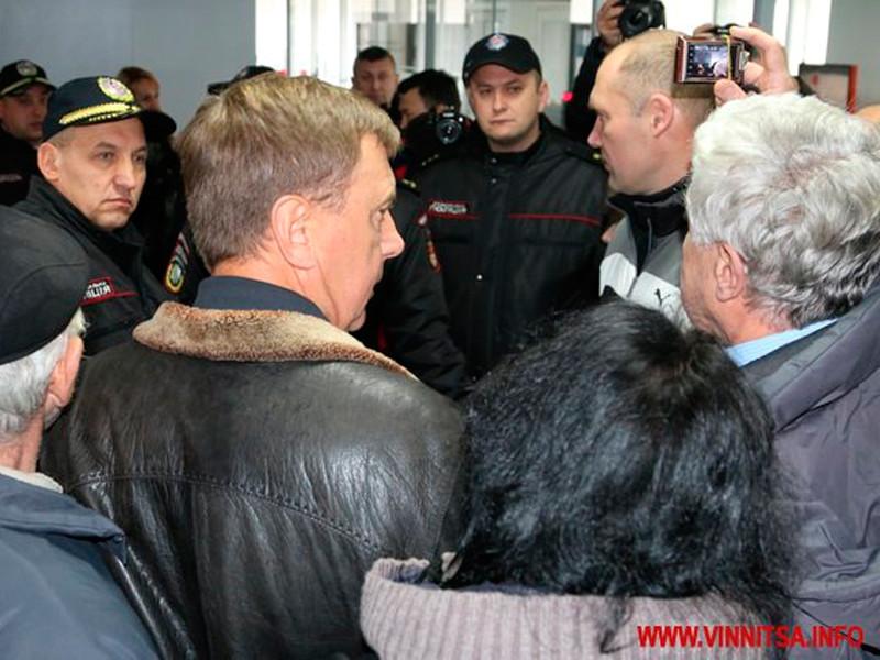 В Виннице несколько десятков пенсионеров решились на штурм горсовета из-за высоких тарифов ЖКХ