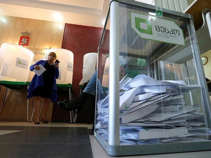 """По данным экзит-полла, проведенного международной компанией TNS по заказу четырех местных телеканалов, """"Грузинская мечта"""" набрала 53,8% голосов опрошенных избирателей. Ее главный конкурент - партия """"Единое национальное движение"""" - получила 19,5% голосов опрошенных"""
