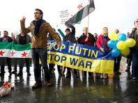 """В Берлине Путина ждали с криками """"Свободу Сирии!"""" и окровавленными игрушками (ВИДЕО)"""