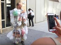 Житель Нью-Йорка с помощью необычного костюма хочет убедить американцев производить меньше мусора (ВИДЕО)