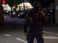 После того, как в полицию поступило сообщение о происходящем супермаркете, район возле магазина был оцеплен, а к месту инцидента прибыл бельгийский спецназ