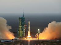 """Китай запустил космический корабль """"Шэньчжоу-11"""" с двумя тайконавтами на борту"""