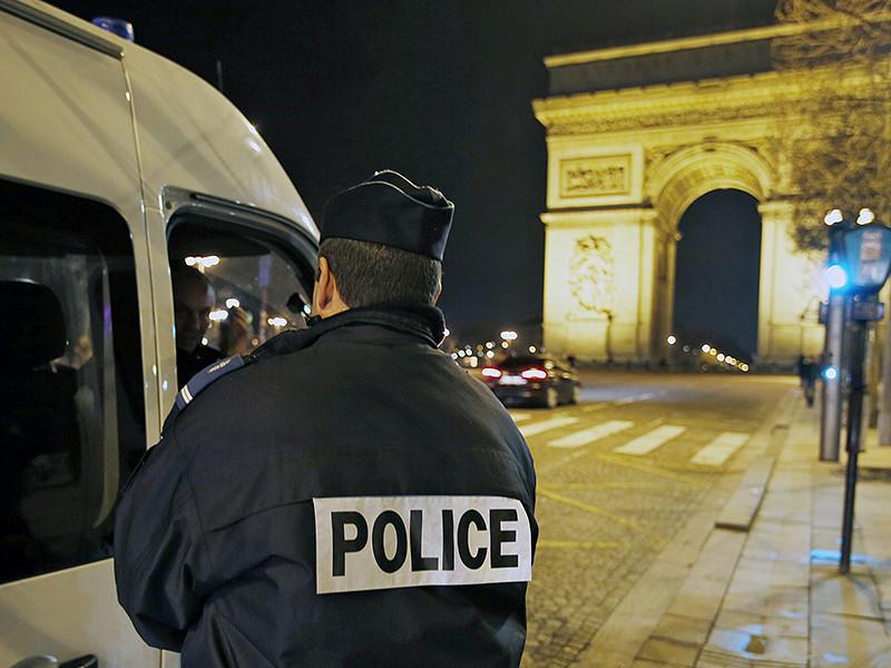 Спустя десять дней после нападения толпы на две патрульные машины с полицейскими в городе Вири-Шатийон сотни сотрудников полиции устроили протест в Париже в поддержку коллег. В ночь на вторник, 18 октября, стражи порядка перекрыли движение на Елисейских полях