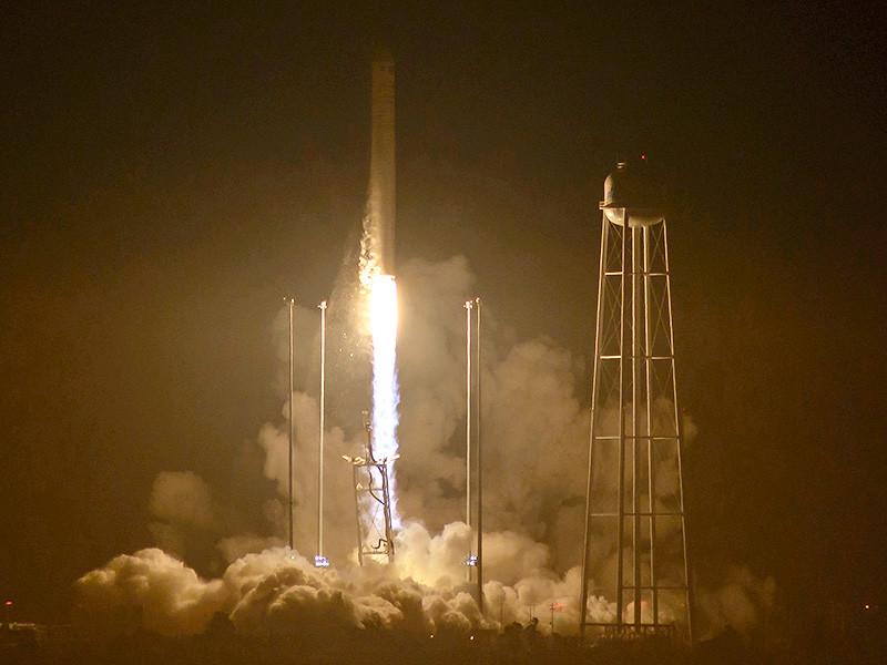В США с космодрома на мысе Уоллопс (штат Виргиния) стартовала ракета-носитель Antares-230, оснащенная российскими двигателями РД-181, с грузовым космическими кораблем Cygnus