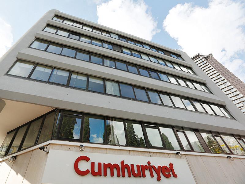 Правоохранительные органы Турции провели в понедельник утром обыски в редакции оппозиционной газеты Cumhuriyet, а также в домах ряда ее сотрудников, задержав некоторых из них, включая главного редактора Мурата Сабунчу