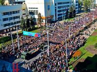 Отдать дань памяти Мотороле, убитому в результате взрыва заложенной в лифте бомбы, пришли более 50 тысяч жителей самопровозглашенной Донецкой народной республики