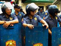 Полицейский фургон въехал в толпу демонстрантов, протестующих против США в Филиппинах