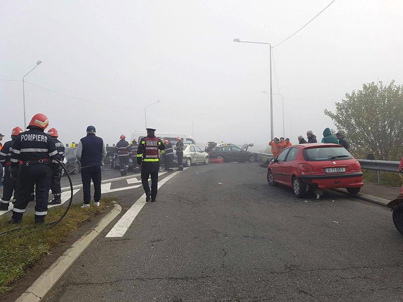 В крупном ДТП в Румынии участвовали около трех десятков автомобилей, которые столкнулись на трассе из-за густого тумана