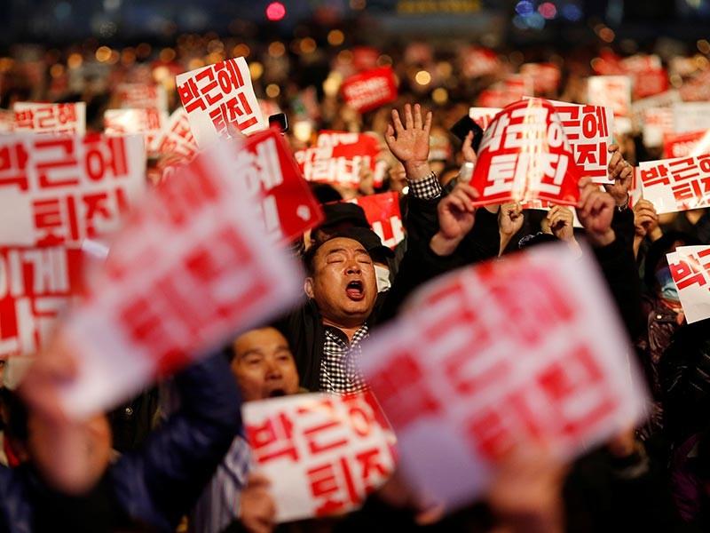 Десятки тысяч корейцев потребовали отставки президента Пак Кын Хе на демонстрации в Сеуле