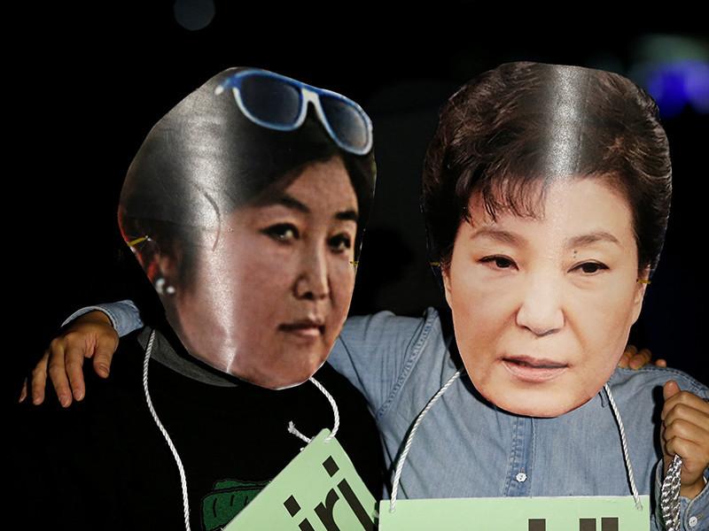 Перестановки в правительстве произведены под давлением общественности в связи со скандалом, в котором оказались замешаны президент страны Пак Кын Хе и ее подруга, получавшая миллионы в виде пожертвований от корпораций.