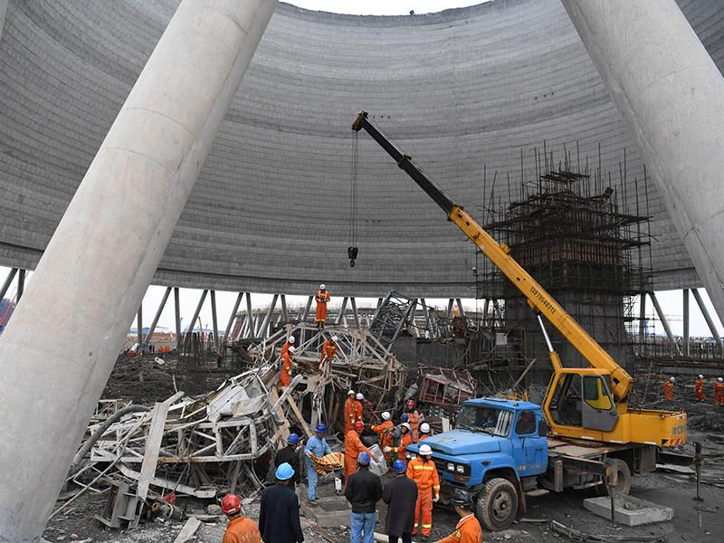 По меньшей мере 40 человек погибли в результате обрушения градирни на строящейся электростанции в городе Фэнчэн провинции Цзянси (Восточный Китай)