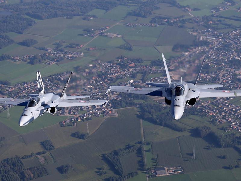 Российский самолет Ил-96-300, на борту которого находилась делегация президента РФ Владимира Путина, сопровождающие лица и журналисты, направлявшиеся в перуанскую столицу Лима на саммит АТЭС, в небе над Швейцарией был встречен двумя швейцарскими истребителями и сопровожден до границы с Францией