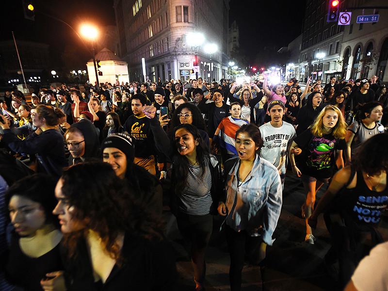 После президентских выборов, на которых победил республиканец Дональд Трамп, в ряде городов США прошли акции протеста, на которые вышли люди, расстроенные его победой